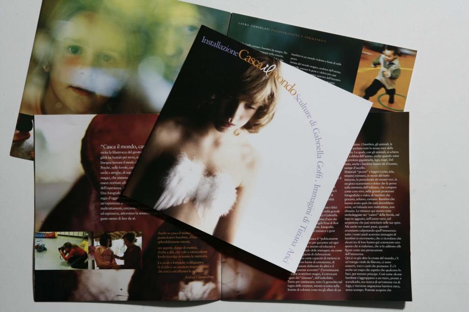 Casca il mondo - copertina e pagine interne brochure